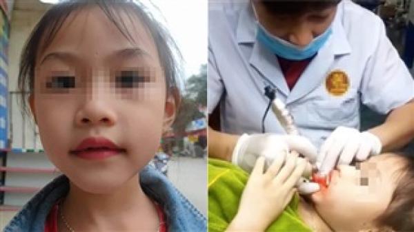 Clip cận cảnh quá trình xăm môi cho bé gái 5 tuổi đang gây bức xúc: Bé có lấy tay ngăn lại nhưng bị quát 'ngồi im đó'?
