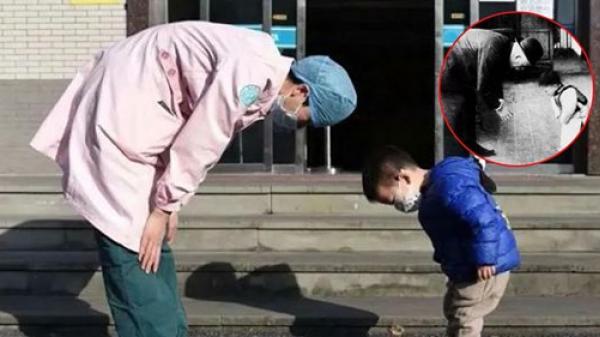 Em bé 2 tuổi cúi đầu chào y tá để cảm ơn khi xuất viện, giống hệt bức ảnh hơn 100 năm trước gây xúc động