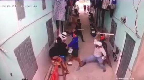 Lạnh người camera ghi cảnh nhóm côn đồ vây chém thanh niên tới tấp