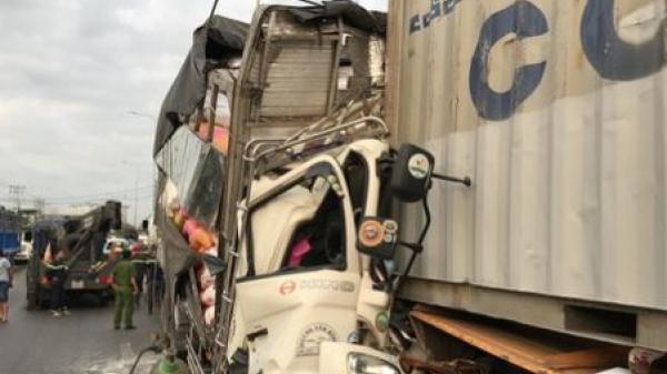 Xe tải bẹp dúm vì t.ô.n.g đuôi container, 3 người t.ử v.o.n.g