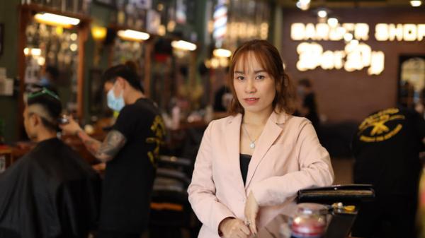 """Người phụ nữ sở hữu chiếc xe hớt tóc miễn phí xuyên Việt gom 10.000 nụ cười: """"Mình ra đi cũng chẳng mang theo gì, nên cứ làm những việc tốt nhất cho thế gian"""""""