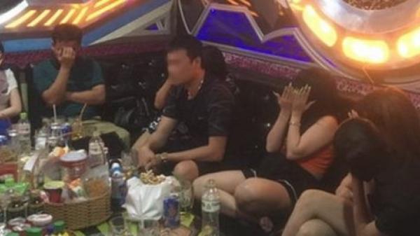 Gọi 3 'tay vịn' đến phục vụ ở quán karaoke, chủ quán bị phạt 15 triệu đồng