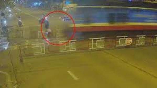 Tai nạn nghiêm trọng: Người đàn ông chạy xe máy húc đổ rào chắn, bị tàu hỏa đ.âm tr.úng t.ử v.o.ng