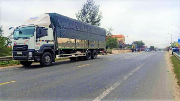 VỪA SÁNG NAY: Va chạm với xe tải, 2 vợ chồng thư.ơng vo.ng trên quốc lộ