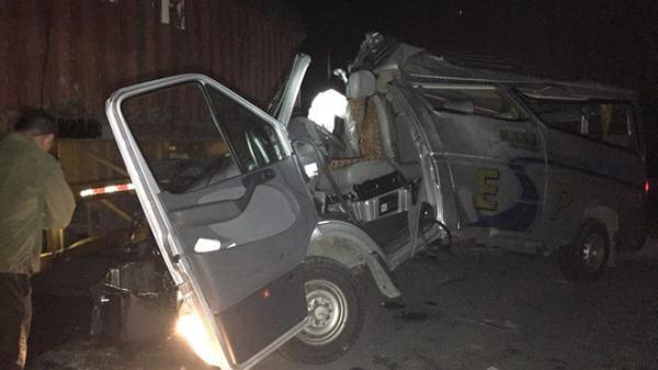 Tai nạn nghiêm trọng rạng sáng nay: Xe khách biến dạng khi húc xe container, 16 người bị th.ương