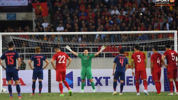 """Ngầu như Đặng Văn Lâm: Xuất thần cản phá quả penalty """"định mệnh"""", xốc lại tinh thần đồng đội khiến cả sân Mỹ Đình sôi sục"""