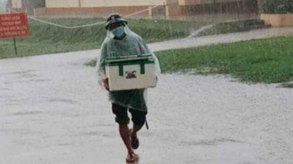 """Hình ảnh anh lính đội mưa, khệ nệ bê thùng xốp tiếp tế lương thực cho người dân ở khu cách ly khiến ai nấy đều """"ấm lòng"""""""