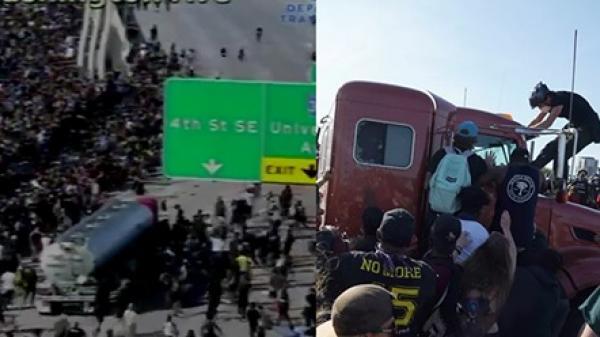 Xe bồn chở dầu lao vào đám đông biểu tình, tài xế bị đánh tới tấp
