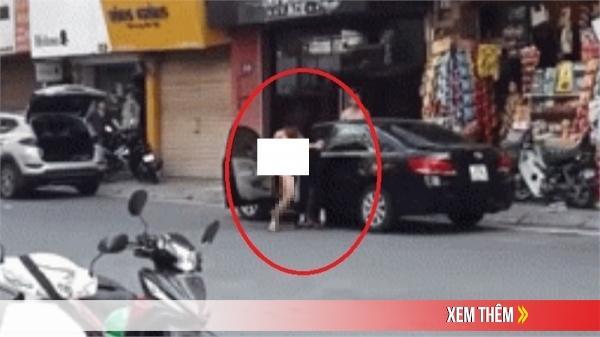 Xôn xao cặp đôi không mảnh vải che thân giằ.ng c.o nhau giữa đường, nhiều người xung quanh hiếu kì đổ xô đến xem