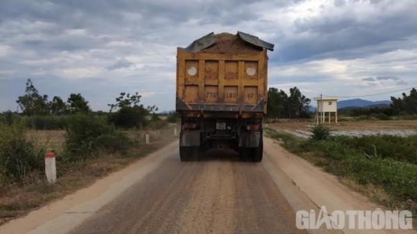 Bình Định: Cận cảnh những 'núi cát di động' ngang nhiên phá hỏng đường dân sinh