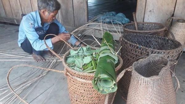Người Ba Na ở Bình Định giữ nghề truyền thống đan gùi