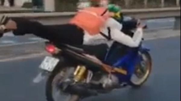 Nam sinh ở Quảng Nam nằm dài trên xe máy, phóng như bay trên QL 1A