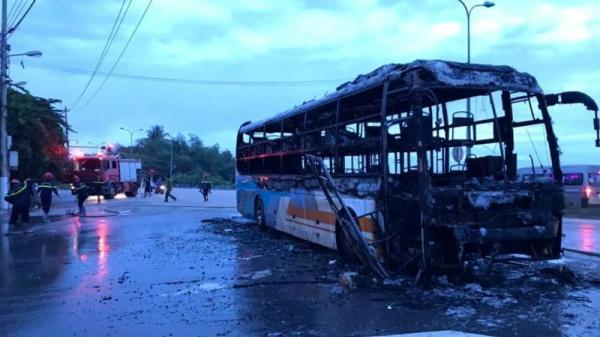 Quảng Ngãi: Đang chạy về bến, xe giường nằm bất ngờ bốc cháy dữ dội
