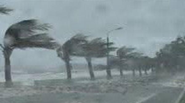 Người dân tất bật gia cố nhà cửa, ứng phó với bão số 6