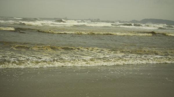 Quảng Ngãi: Nước biển vàng nâu, nổi bọt màu lan rộng đến làng biển Hải Ninh