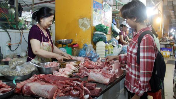 """Giá lợn tại miền Bắc tăng chóng mặt, thịt gà """"hùa theo"""" leo thang"""