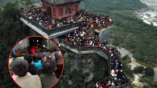 Du khách, phật tử chen nhau lên thuyền và xe điện, gây tình cảnh hỗn loạn và quá tải ở chùa Tam Chúc lớn nhất thế giới tại Việt Nam