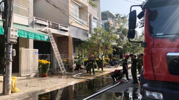 Cháy nhà 2 tầng trong trung tâm thành phố ở Quảng Ngãi