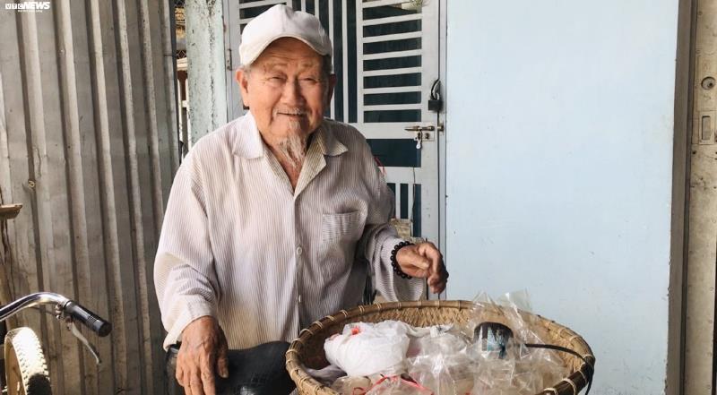 Cụ ông 90 tuổi ở Kon Tum bán đậu phộng 'nuôi' tủ bánh mỳ từ thiện