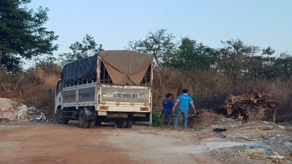 Đắk Lắk: Ô tô chở chất thải ngang nhiên phóng uế ra đường