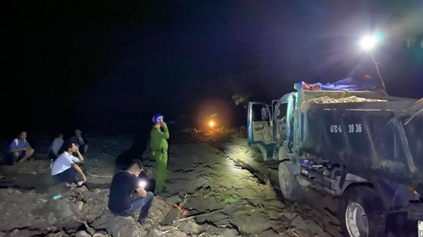 Ngang nhiên khai thác cát trái phép tại Đắk Lắk