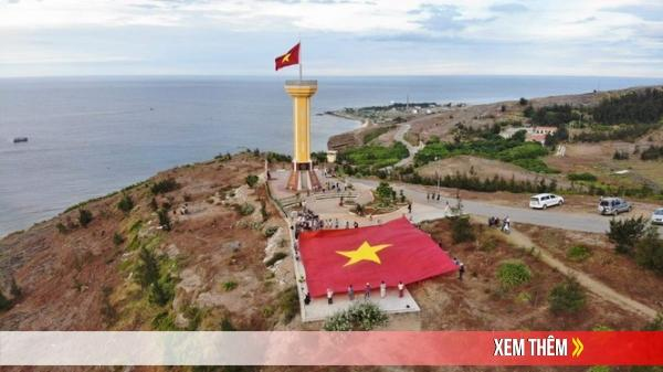 Rừng cờ Tổ Quốc nhuộm đỏ đường chạy trên đảo Lý Sơn - Quảng Ngãi