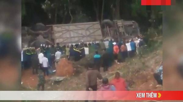 """Video: """"Hò dô"""" giải cứu xe khách gặp nạn lao xuống vực ở Kon Tum"""