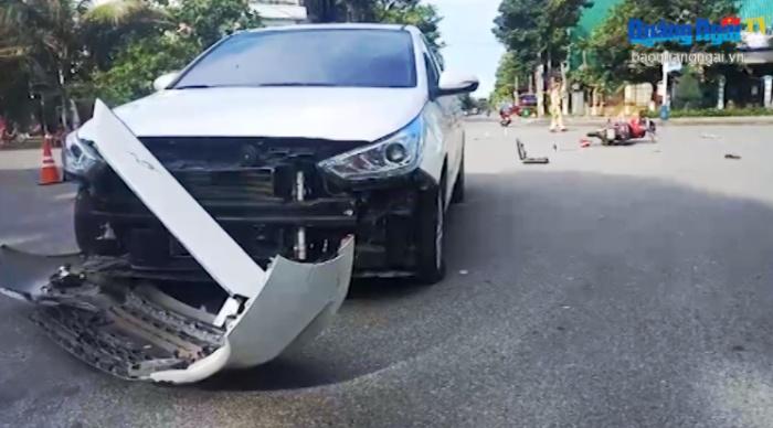 Quảng Ngãi: Một phụ nữ điều khiển ô tô va chạm với 2 xe máy