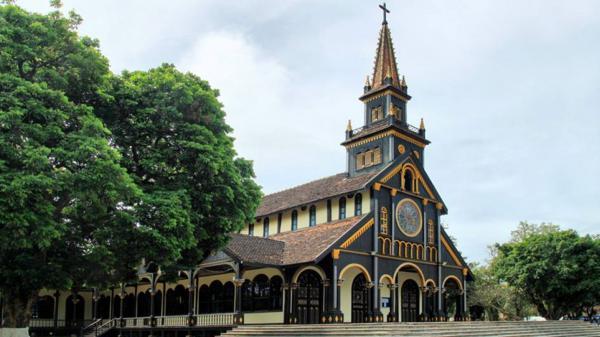 Đến Kon Tum khám phá nhà thờ gỗ 100 tuổi độc đáo giữa núi rừng cao nguyên