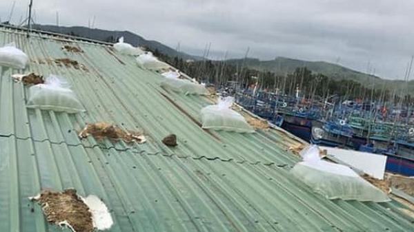 Bình Định: Người dân gần tâm bão số 9 hối hả dùng bao nước chằng chống nhà tốc mái