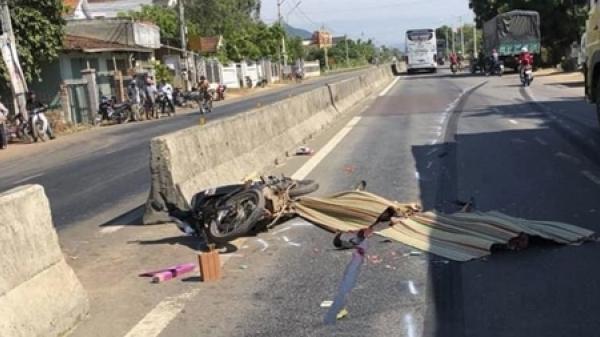 Bình Định: Ô tô khách cán chết người ngã xe máy rồi bỏ trốn