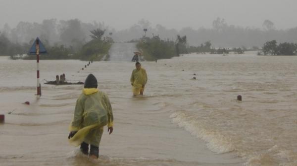 Quảng Ngãi: Cố băng qua cống bất chấp cảnh вáo, 2 người bị nước cuốn trôi