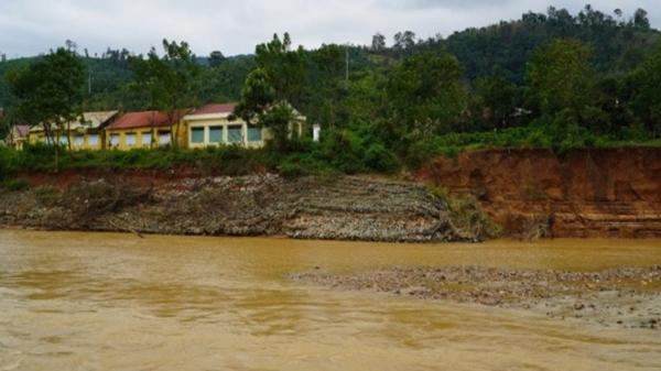Kon Tum: Nước sông dâng cao gây sạt lở, trường học nguy cơ bị nhấn chìm