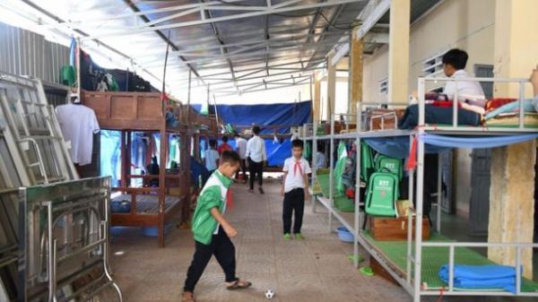 Quảng Ngãi: Bão tốc mái lớp học, nhiều học sinh bị ốm do phải ngủ dưới mái hiên