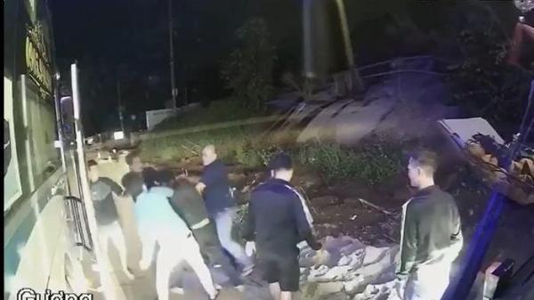 CLIP: Tài xế 2 nhà xe ở Đắk Lắk hỗn chiến trong lúc vượt nhau