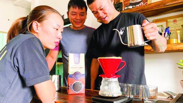 Trương Đình Hoàng quê Đắk Lắk: Tay đấm triệu view bán bún đậu, cà phê