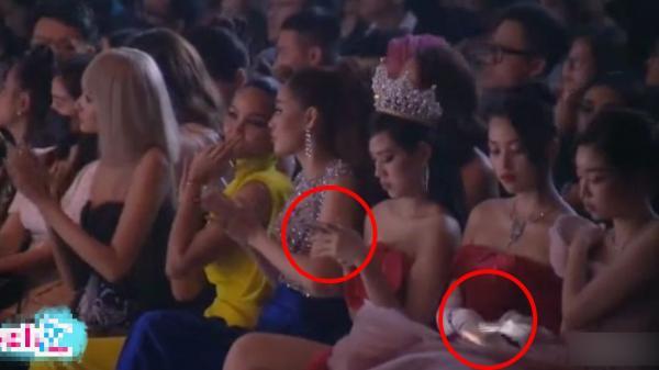 """Bấm điện thoại khi khách mời đang phát biểu, Hoa hậu Tiểu Vy và Đỗ Thị Hà hứng cả """"rổ đá"""" từ dân mạng"""