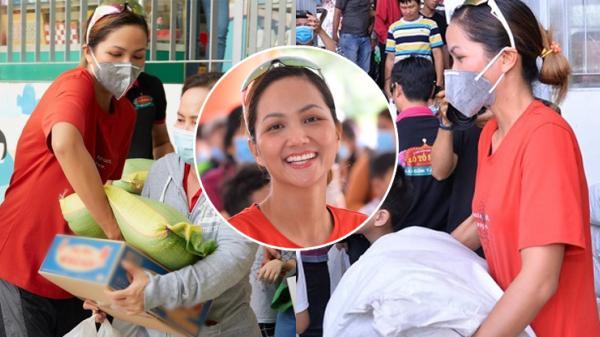 HH quê Đắk Lắk - H'hen Niê tự tay мυα 5 ᴛấɴ gạσ, ᴠáᴄ đồ nặng cùng Kim Xuân mang Tết cho người nghèo