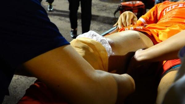 Tiền vệ CLB Bình Định tràn dịch gối sau va chạm với đồng đội cũ