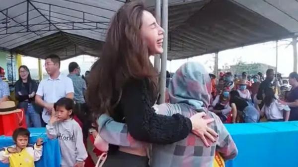 Quảng Ngãi: Thủy Tiên cầm 220 triệu lên phát tại vùng cao, lễ phép cúi chào và ôm chặt người dân