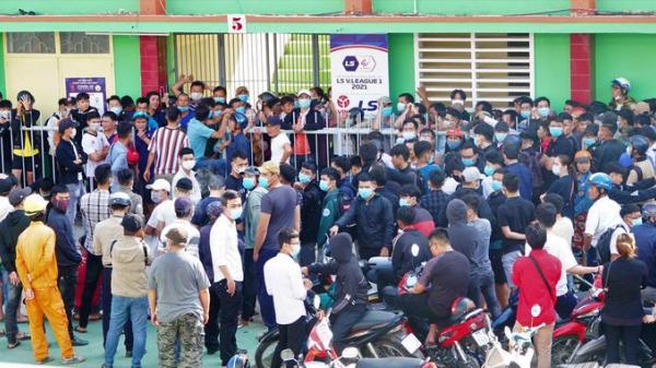 CĐV Bình Định chen chúc chờ nhận vé xem trận gặp Đà Nẵng
