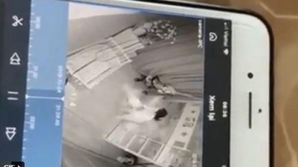 Vợ chồng ra ngoài buổi tối, trở về tá hỏa phát hiện con bị người giúp việc cầm chân dốc ngược