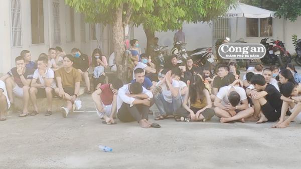 Đột kích tụ điểm m a t úy trong karaoke nổi tiếng, bắt giữ hơn 50 người say sưa mở đại tiệc m a tú y