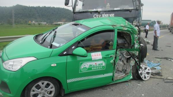 Taxi Mai Linh bị xe trai tốn g trúng, 1 khách du lịch t ử vo ng, 2 bị thương