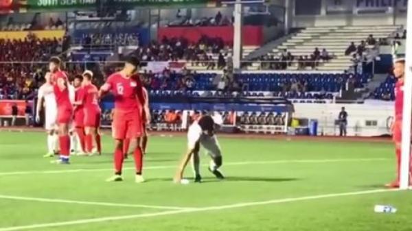 Cố tình dùng 'tiểu xảo' phá đám cú sút phạt của U22 Việt Nam nhưng bị Đức Chinh phát hiện, U22 Singapore nhận ngay bàn thua cay đắng