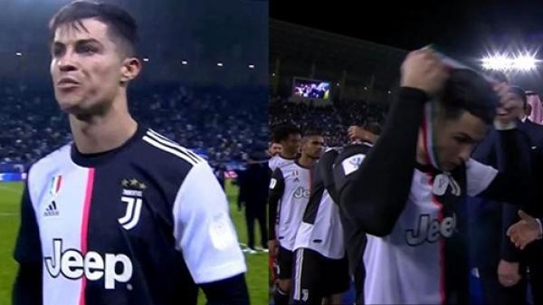 Ronaldo cởi huy chương ngay sau khi nhận từ BTC