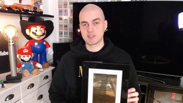 """Có bình luận đạt 1 triệu like, """"chàng hói"""" được YouTube tặng bảng vàng"""