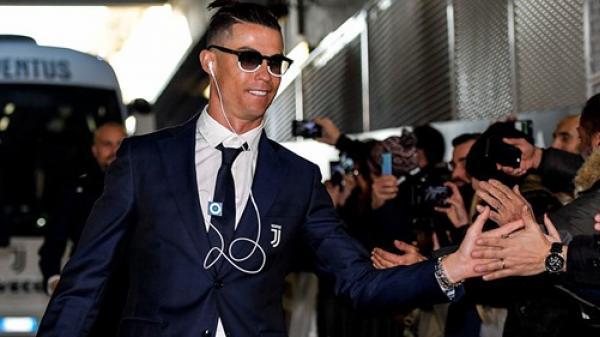 Lương lên tới hơn 800 tỷ/năm, Ronaldo vẫn khiến tất cả ѕṓс nặng khi dùng tai nghe có dây và máy nghe nhạc rẻ tiền đã dừng sản xuất