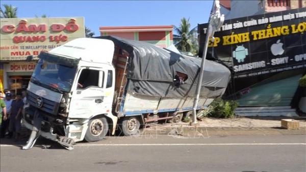 Xe tải chở củ mì mất phanh, đ.âm sập nhà dân