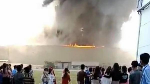 VỪA SÁNG NAY: Cháy lớn tại Khu công nghiệp rộng hàng trăm mét vuông, thiêu rụi nhiều tài sản